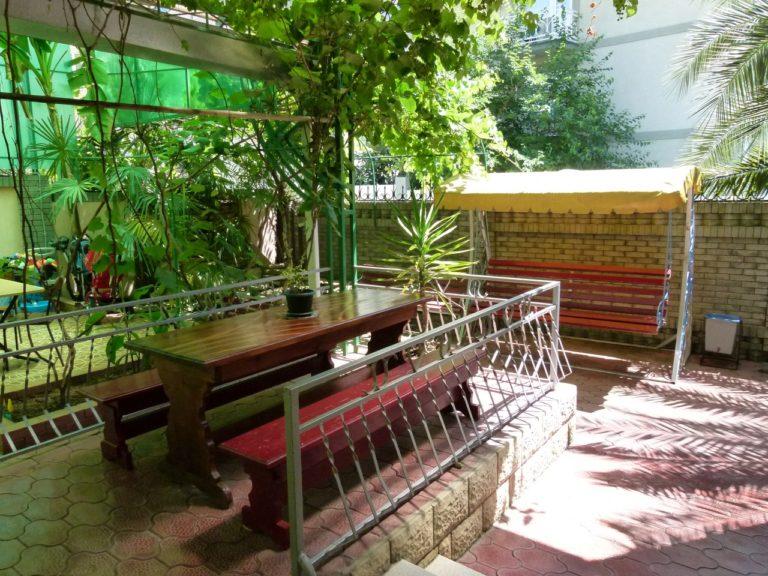 Во дворе гостевого дома Райский уголок зона обеда и отдыха